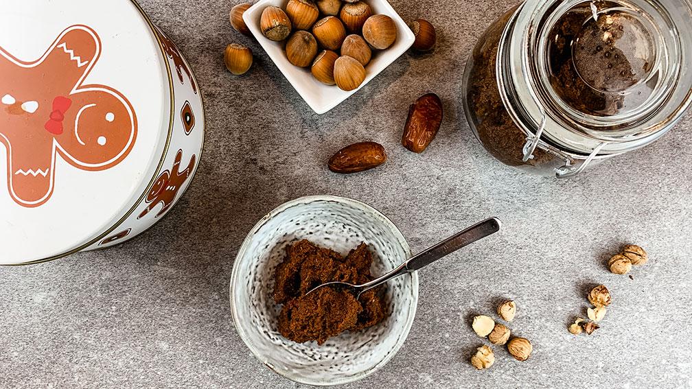 Dattella - unser Rezept zum Schokocreme selber machen ohne Zucker mit Nüssen und Kakao für ein köstliches Frühstück für Baby und Mama