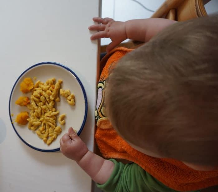 K isst Spätzle_breifreibaby