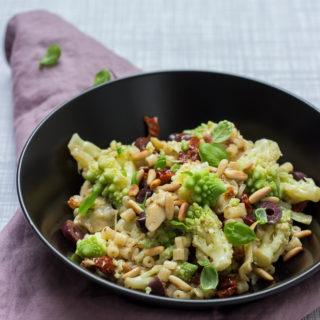 Mediterraner Nudelsalat mit Romanesco - Pasta mit Pinienkernen und Oliven