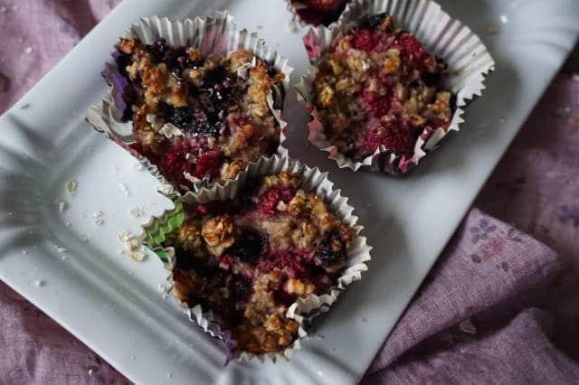 breifrei Frühstück - Haferflockenmuffins mit Beeren ohne Zucker