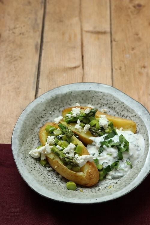 Kumpir mit Bärlauch und grünem Spargel - eine große Backkartoffel die lecker schmeckt!