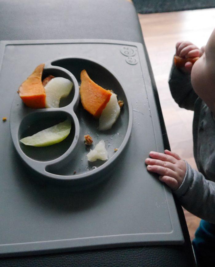 Baby beim Stehimbiss - Baby-led weaning Erfahrungen im Bericht