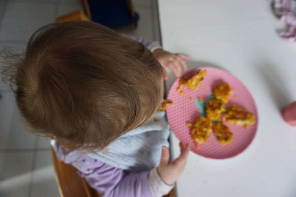 baby-led weaning Spiegel Artikel - Baby isst Fingerfood selbst