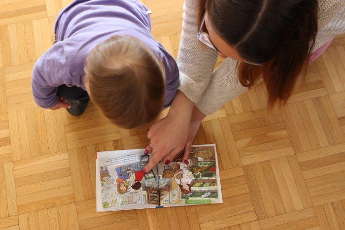 """Mama und Baby schauen sich zusammen """"Der kleine ;Milchvampir"""" an"""