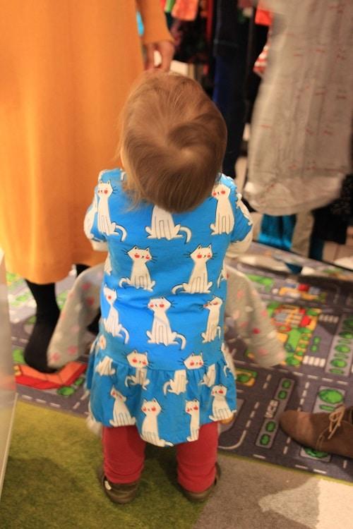 Meine Me&i party bei uns zuhause - Kleidung für Mama und Kind kaufen! K sucht sich ein Katzenkleid aus.