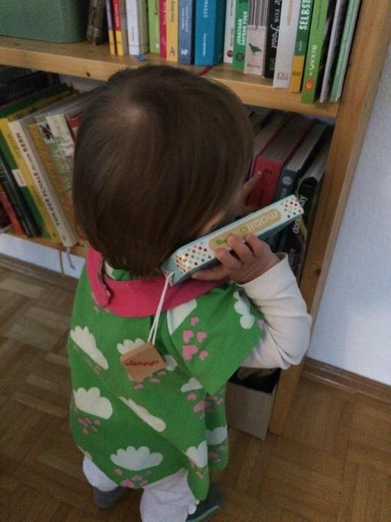 Hallloooo? K telefoniert mit ihrem Lieblingstelefon