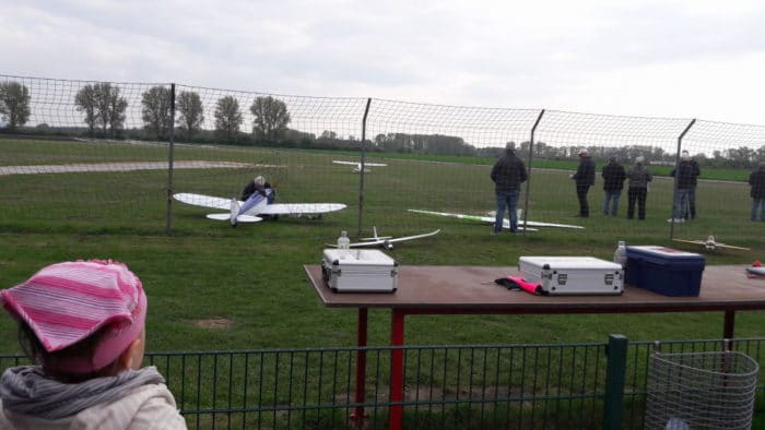Modellflugzeuge auf dem Flugplatz in Griesheim