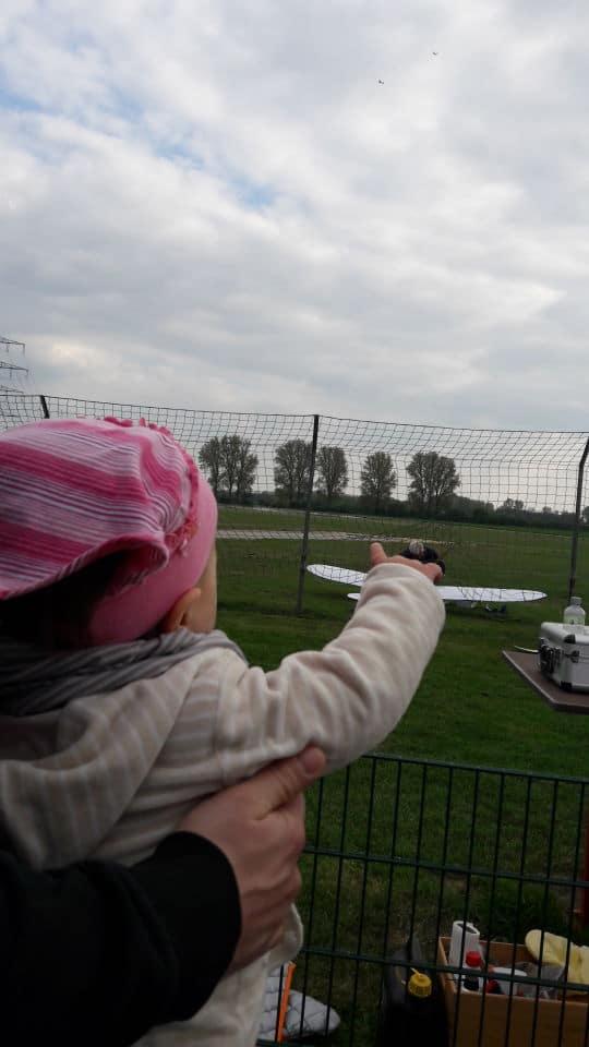 Beim Modellfliegerclub Griesheim - Flugzeuge beobachten