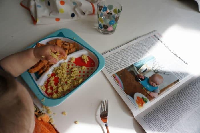Das Baby isst selbst und lernt einen geusnden Umgang mit Lebensmitteln und der Beikost