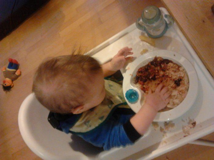 Baby beim Essen - BLW Nudeln mit Soße