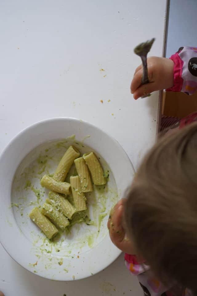 Baby ist Nudeln mit Avocado