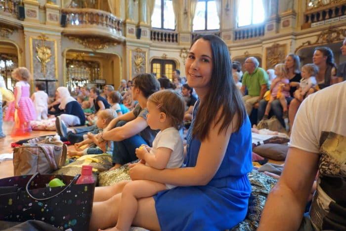 Mama und Tochter beim Babykonzert Wiesbaden im Theater