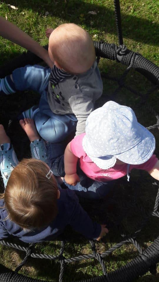 Baby Freunde in der Schaukel im Garten