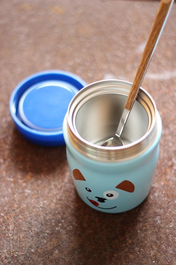 Bunte Kinder-Foodmug von Alfi - der Thermosbecher ist blau und mit Hundeprint - perfekt für Kinder und das Kindergartenessen