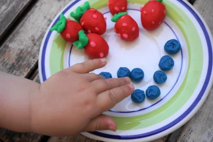 Erdbeeren und Heidelbeeren aus Knete von Play-Doh