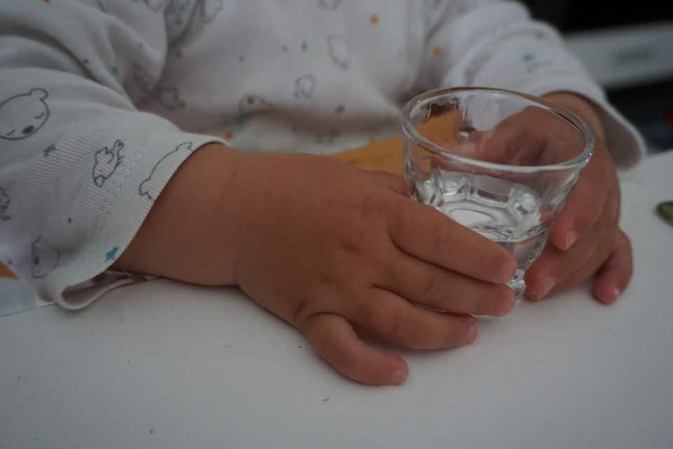 Wasser für Babys - BLW mit Wasser aus einem Schnasglas
