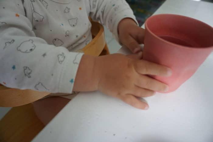 Gllas, Trinklernbecher oder Tasse? Wie kann man Babys Wasser anbieten?