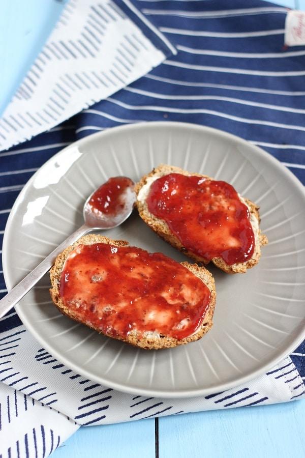 Brot ohne Salz mit Erdbeermarmelade - Rezept aus dem Thermomix für Vitalbrot