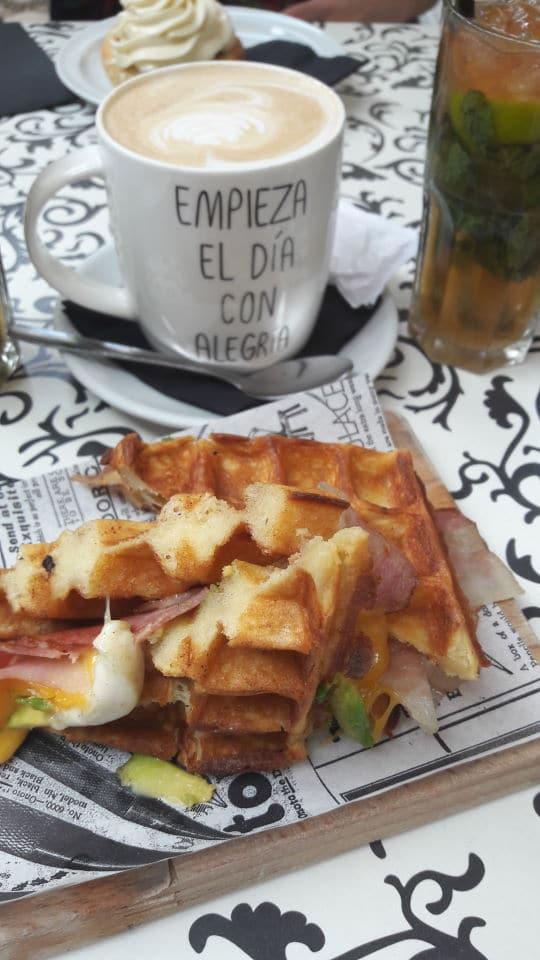 Waffel mit Käse und Bacon im Café Alsur in Barcelona