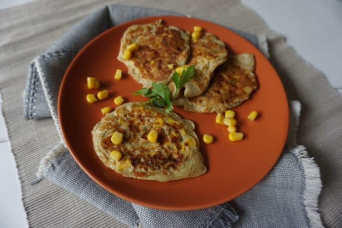 herzhafte vegetarische Pfannkuchen mit Mais