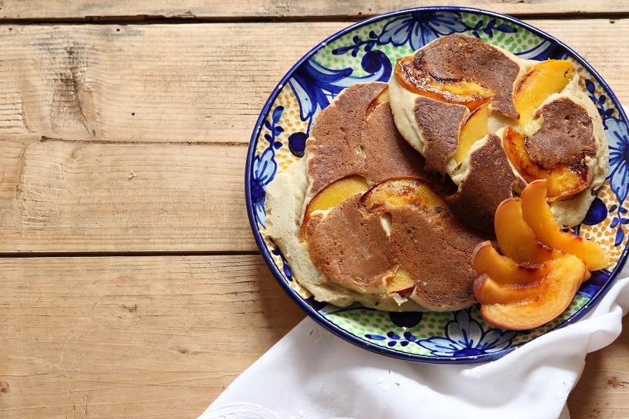 Pfannkuchen Rezept mit Kokosmehl und Pfirsichen