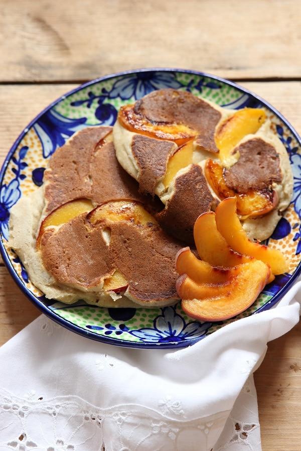 Leckeres BLW Frühstück und baby-led weaning Rezept: Pfannkuchen mit Kokosmehl und Pfirsichen