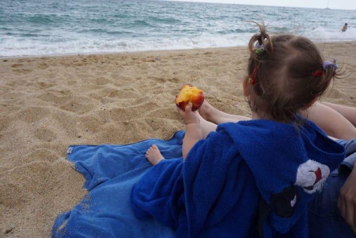 unser breifreibaby am Strand - Reisetipps für Barcelona, Spanien mit einem tollen Strand für den Sommerurlaub