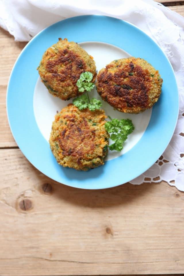 vegetarische Bratlinge mit Couscous und Gemüse
