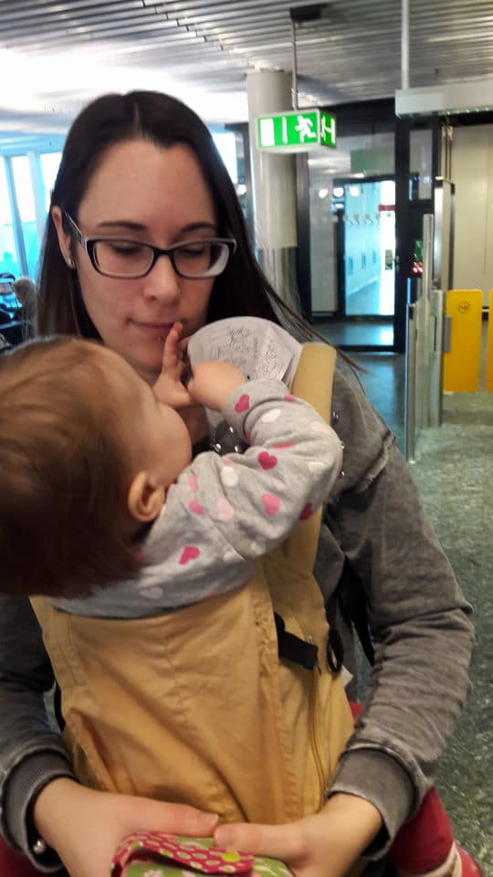 Baby in der Trage am Flughafen