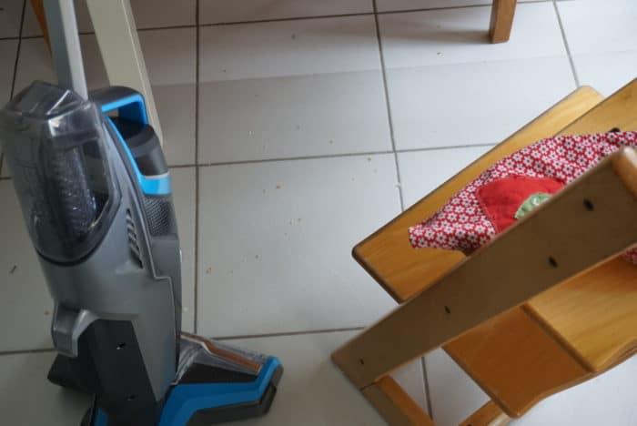 Dreck unter dem Esstisch einfach weg putzen