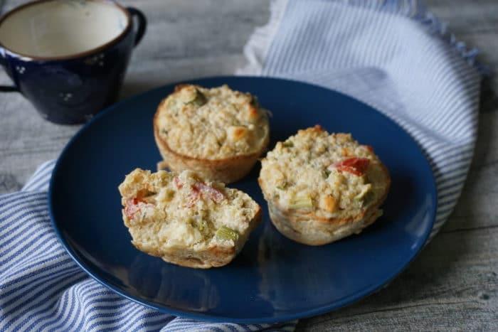 ezept für 12 Muffins 100 g Quinoa (Etwas Salz) 1 kleine Zwiebel 150 g Halloumi-Grillkäse 400 g grüner Spargel 1 Knoblauchzehe 3 Eier 1 TL getrockneter Thymian Pfeffergetarische Quinoa Muffins