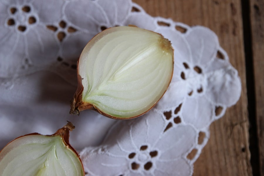 Die besten Hausmittel bei Erkältung, Schnupfen und Husten - aufgeschnittene Zwiebeln