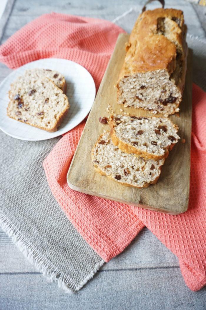 süßes Brot ohne Zucker mit Bananen und Rosinen