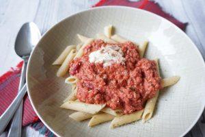 Teller mit Penne und roter Tomaten thunfisch Soße