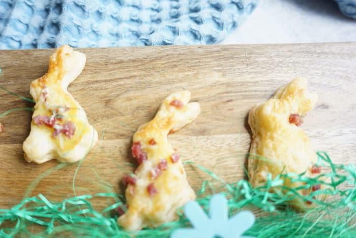braunes Holzbrett mit ausgestochenen Osterhasen - Blätterteighasen für Ostern mit selbstgemachtem Blätterteig aus nur 3 Zutaten