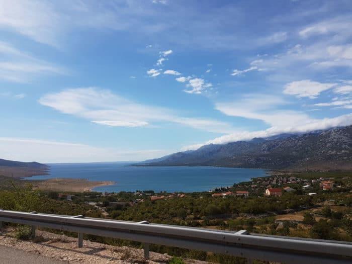 Blauer Himmel, türkis farbenes Meer und Sonnenschein bei der Ankufnt im Kroatien Kinderurlaub in der Nähe von Zadar - Blick vom Auto aus