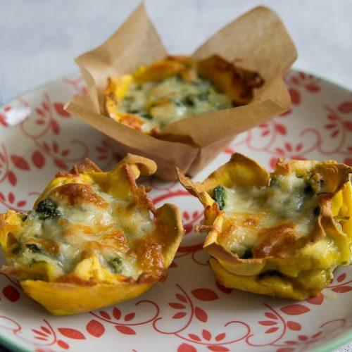 Lasagnemuffins mit Spinat und Lachs auf einem Teller - tolle BLW Rezepte für Kleinkinder - selbstgemachte Lasagne und Nudeln mit der Nudelmaschine von Philips