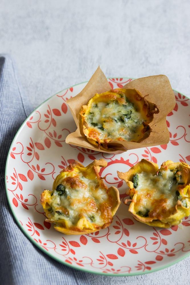 herzhafte Muffins mit Lachs und Spinat mit selbstgemachten Lasagneplatten auf einem Teller - breifrei und BLW Rezepte schmecken nicht nur Kindern sondern der ganzen Familie
