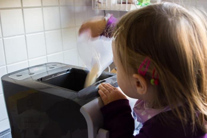 Mädchen füllt Grieß in den Philips Pastamaker - eine vollautomatische Nudelmaschine zum Nudeln selber machen - auch mit Kindern