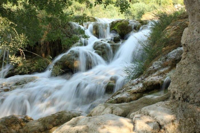 Wasserfälle und Felsen im Krka Nationalpark in Kroatien - Familienurlaub im Sommer - unser Urlaub in Kroatien mit tollen Stränden und viel Familien Zeit