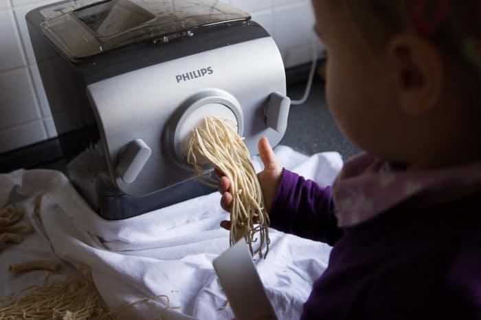 Pasta selbermachen mit Kindern klappt super mit der Nudelmaschine von Philips - der vollautomatische Nudelmschine