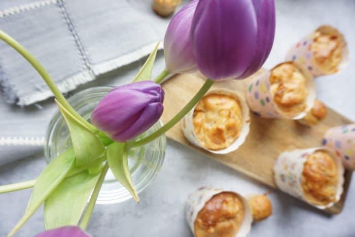 lila Tulpen in einer Vase und gesunde Muffins ohne Zucker mit Apfel - Kuchen und Muffins für Babys