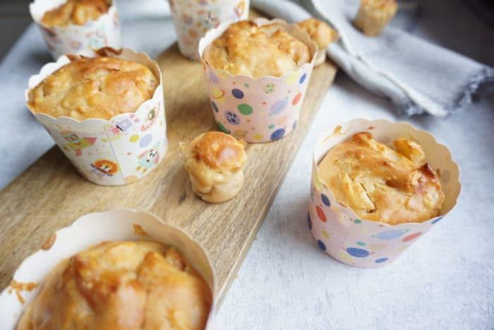Muffins in bunten Papierförmchen für den Kindergeburtstag backen ohne Zucker mit Obst