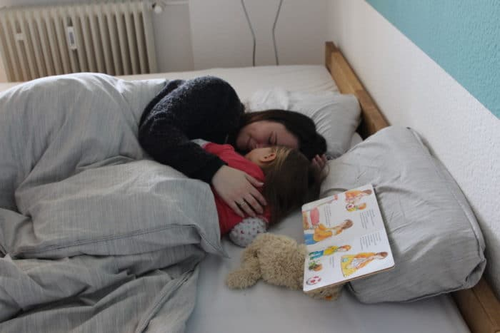 Mama und Tochter kuscheln im großen XXL Bett - das Familienbett von RIMA