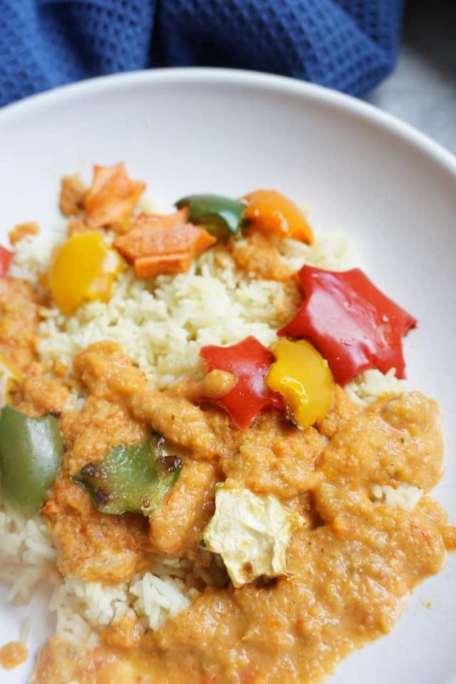 weißer Teller mit buntem Essen - vegetarische und vegane Kost für Kinder mit seltenen Lungenerkrankungen - Gemüsesoße für Kinder - Rezepte für die Stiftung Starke Lunge