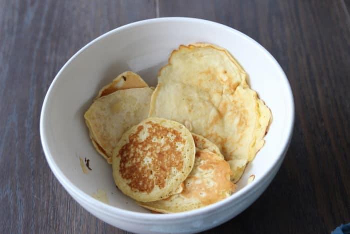 Pancakes mit Apfelschnitzen in einer großen weißen Schüssel - unser Frühstück in unserem Ferienhaus im Landal Green Park Ouddorp in Holland