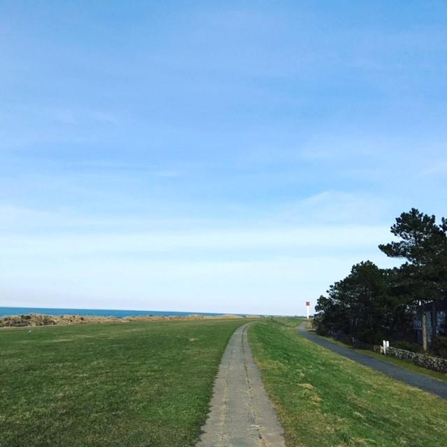 Ostsee mit Kindern Radfahren auf dem Deich