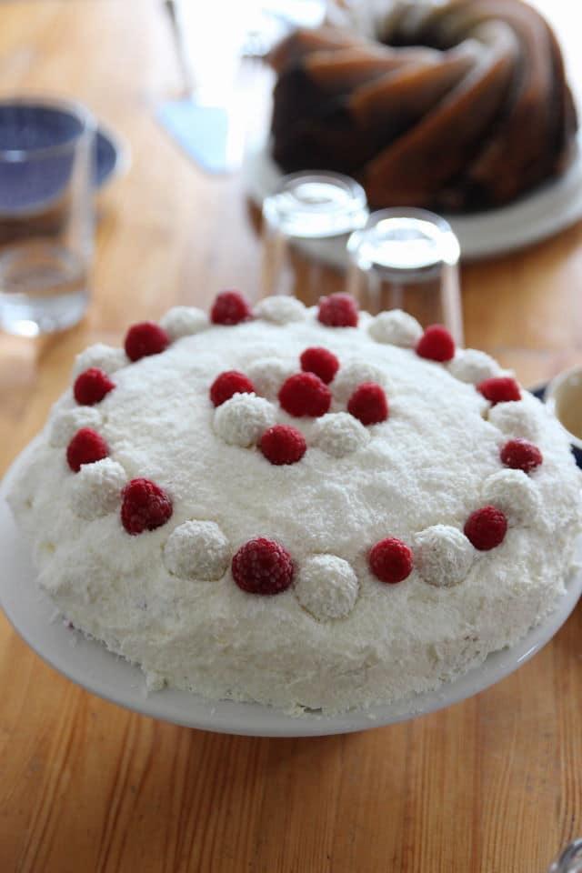 Rezept für Kouchen und Torte zum Muttertag oder Geburtstag - schmeckt nach Sommer - unsere leichte Raffaellotorte mit frischen Himbeeren und Kokos