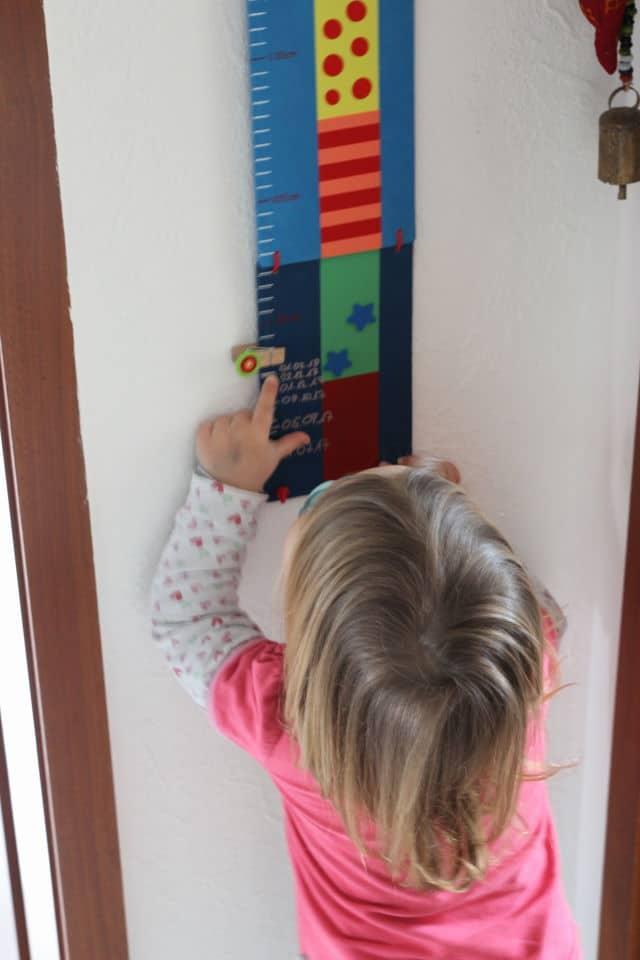 bunte Messlatte für Kinder - Körpergröße und Wachstum messen