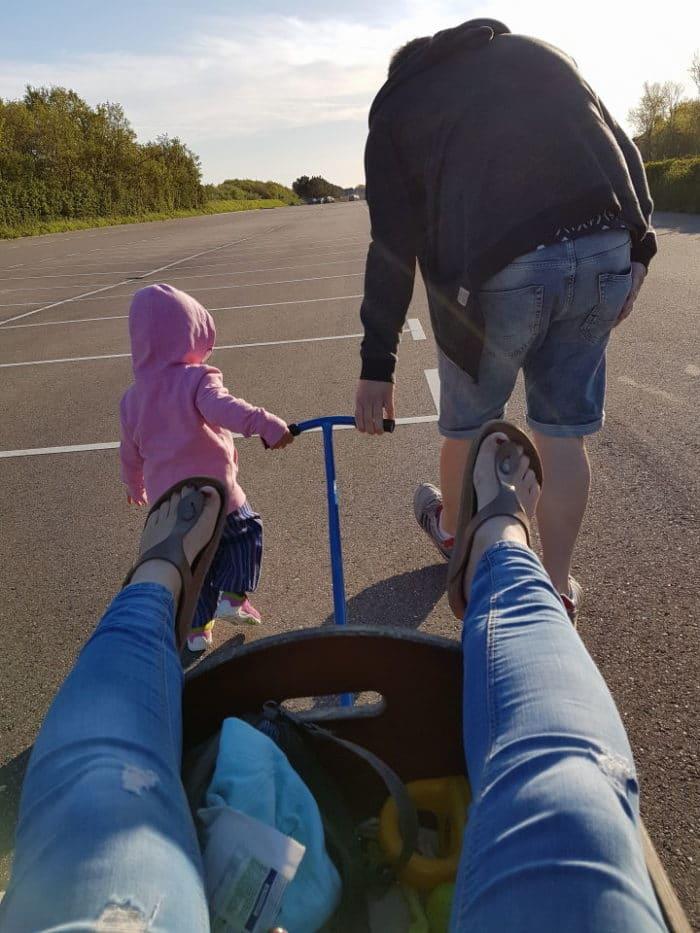 Papa und Kleinkind ziehen Mama im Bollerwagen - Familienausflug in Südholland - unserer Woche im Holland Ferienhaus mit Landal